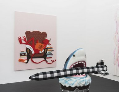 Links/left: Claus Richter: Rock Bottom 01, 2018 Holz, Stoff, Kunstleder, Metall, Karton/wood, fabric, artificial leather, metal, cardboard, 190 x 140 cm Rechts/right: Cosima von Bonin: FREAKS (SHARK WITH HIS ROCKET), 2018 Kunststoff, Stoff, Holz, Karton/p